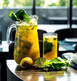 Vista frontal revigorante limonada com limão e espinafre