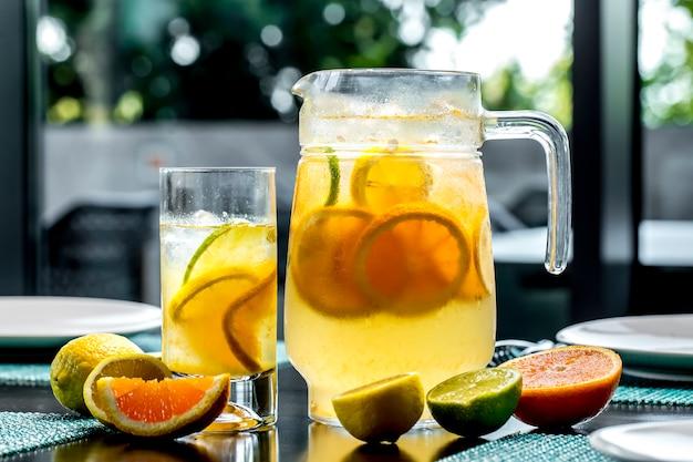 Vista frontal revigorante limonada com limão e laranja