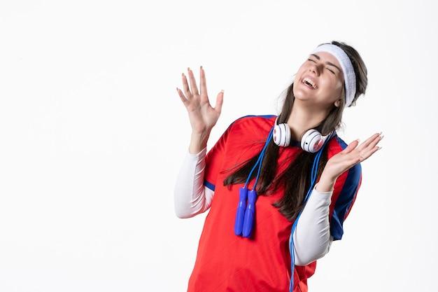 Vista frontal rindo jovem mulher em roupas esportivas