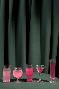Vista frontal rosa martinis na mesa