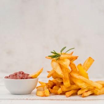Vista frontal saborosa batata frita com ketchup