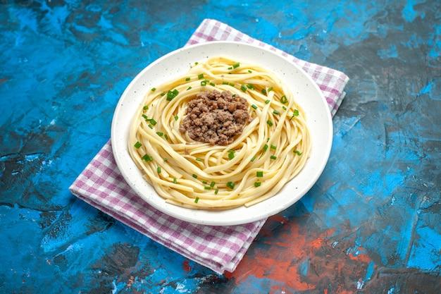 Vista frontal saborosa massa italiana com carne moída em prato de massa azul refeição cor de carne