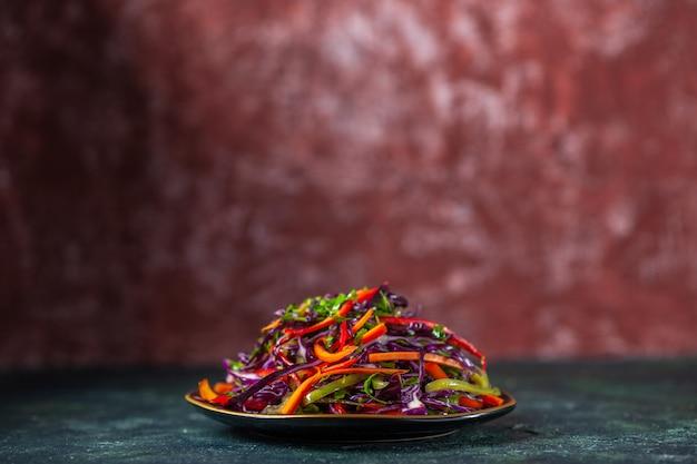 Vista frontal saborosa salada de repolho no fundo escuro feriado dieta saúde refeição almoço lanche pão comida