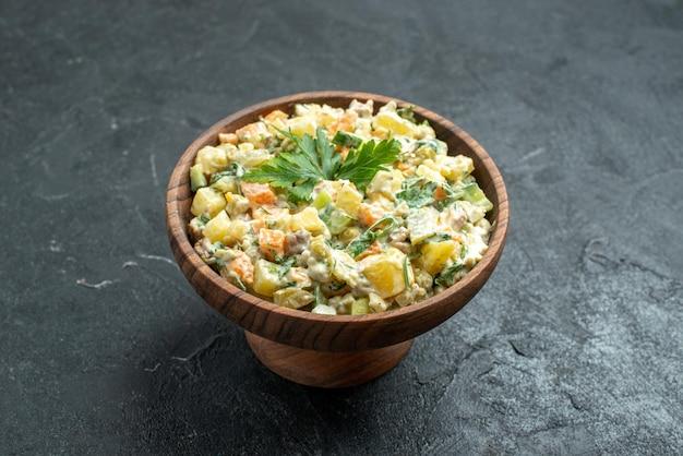 Vista frontal saborosa salada mayyonaise dentro de prato marrom na superfície escura lanche almoço refeição comida salada