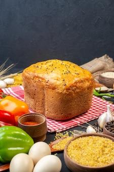 Vista frontal saboroso pão colorido pimentões ovos trigo bulgur em uma tigela na mesa
