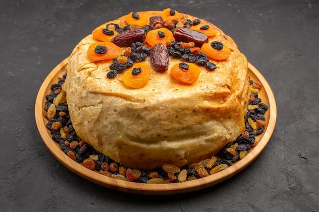 Vista frontal saboroso shakh plov cozido arroz dentro de massa redonda com passas em espaço cinza