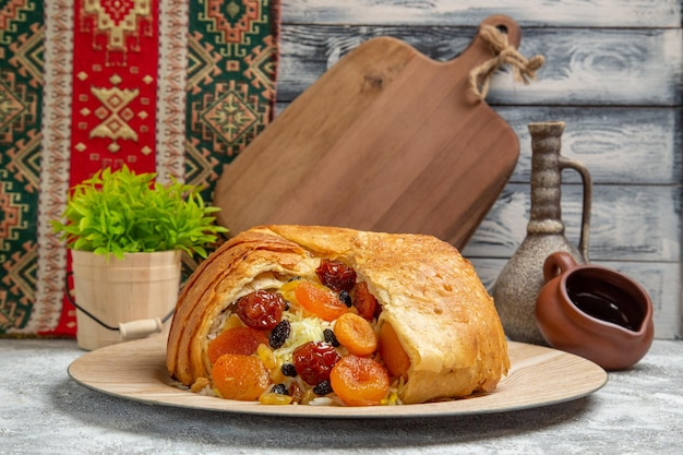 Vista frontal saboroso shakh plov prato de arroz cozido com passas no chão branco cozinhando calorias refeição prato de arroz jantar