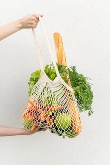Vista frontal saco reutilizável com compras