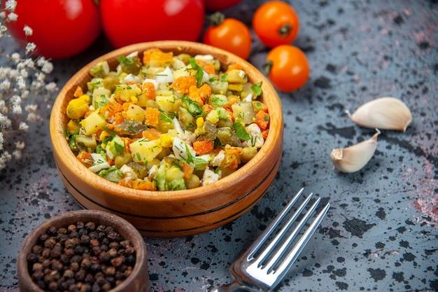 Vista frontal salada de legumes cozida com tomates vermelhos frescos sobre fundo azul