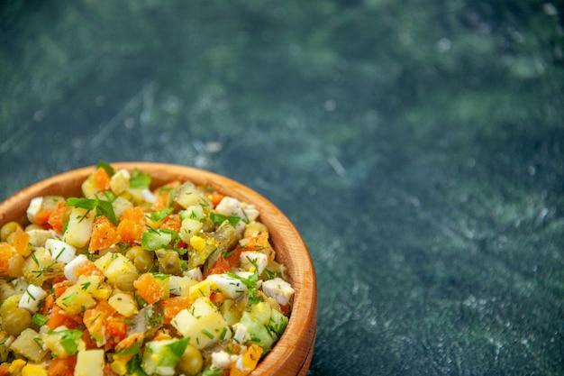 Vista frontal salada de vegetais de vegetais cozidos misturados dentro de um prato redondo em fundo escuro
