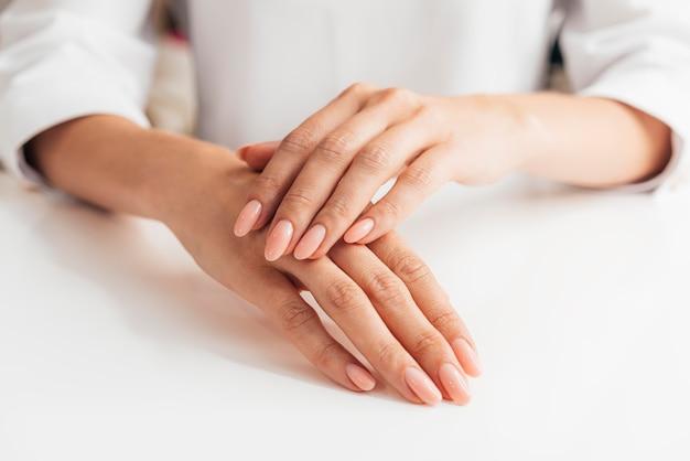 Vista frontal saudável linda manicure