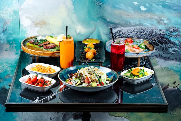 Vista frontal servido mesa com cocktails