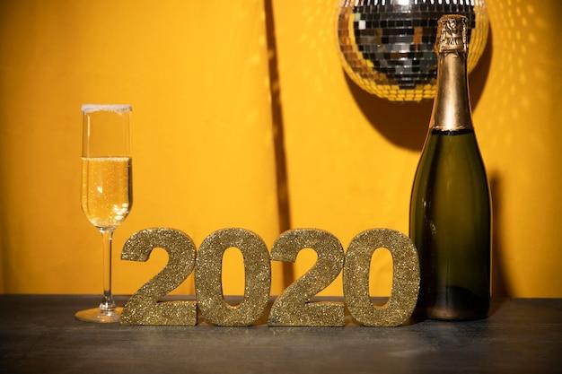 Vista frontal sinal dourado com data de ano novo na mesa