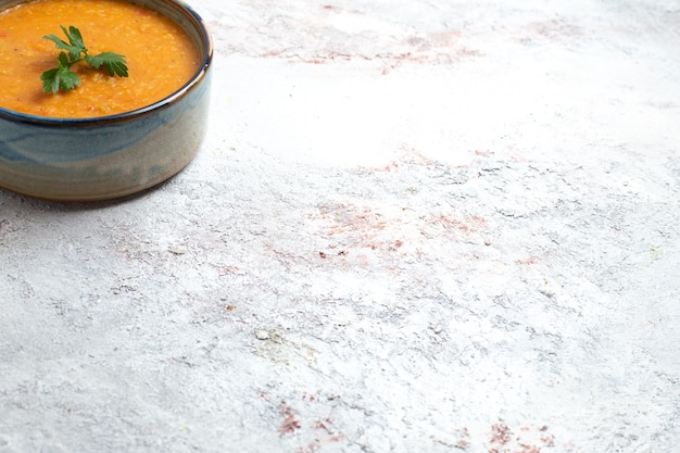 Vista frontal sopa de feijão chamada merci no fundo branco refeição de sopa comida feijão vegetal