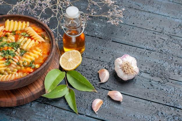Vista frontal sopa de massa em espiral deliciosa refeição em azul-escuro mesa sopa prato de massa italiana cozinha molho de cor