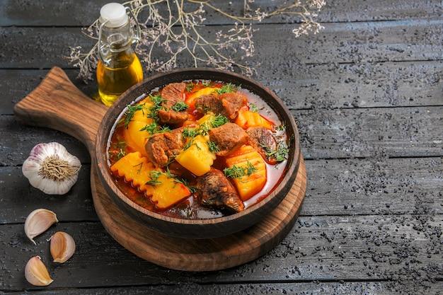 Vista frontal sopa de molho de carne com verduras e batatas na mesa escura molho de carne jantar