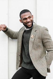 Vista frontal sorridente homem posando