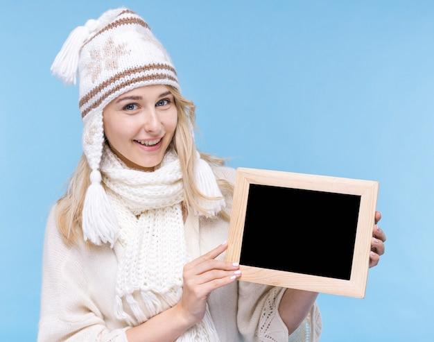 Vista frontal sorridente jovem mulher com maquete