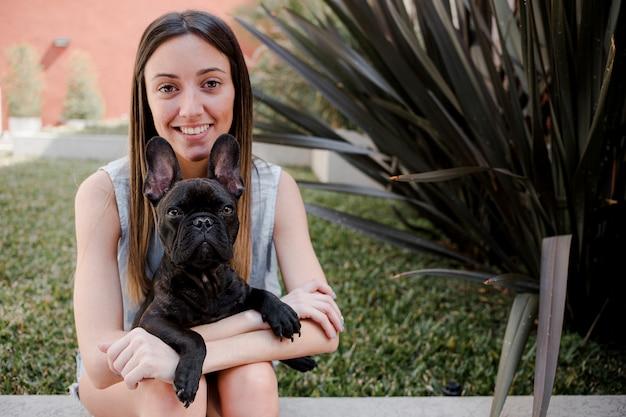 Vista frontal sorridente menina com seu cachorro