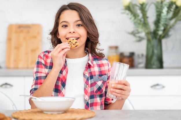 Vista frontal sorridente menina tomando café da manhã