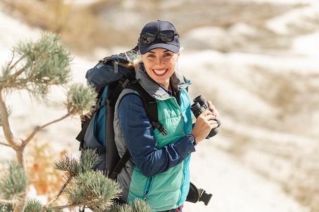 Vista frontal sorridente viajante com mochila