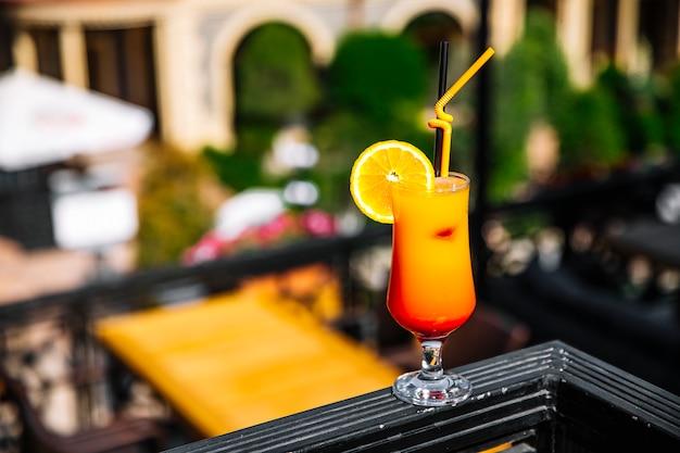 Vista frontal suco de laranja com uma fatia de laranja
