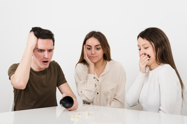 Vista frontal surpreendeu amigos jogando jogos em casa