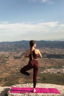 Vista frontal traseira pose de prática de yoga