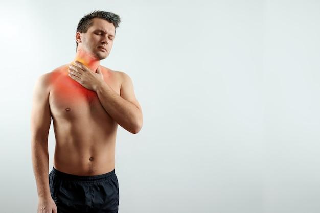 Vista frontal, um homem segura as mãos atrás da garganta