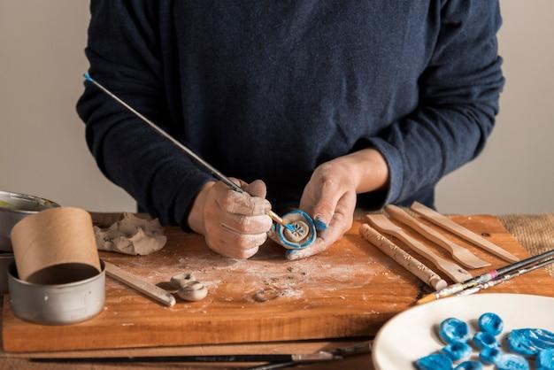 Vista frontal várias ferramentas de escultura na mesa
