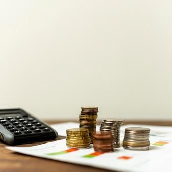 Vista frontal variedade de moedas em uma tabela