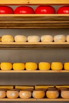 Vista frontal variedade de pedaços de queijo
