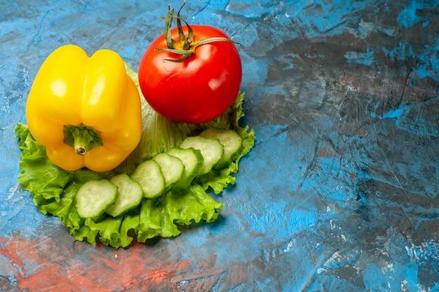 Vista frontal, vegetais frescos, tomate, salada verde e pimentão, fundo azul, refeição, salada, saúde, alimento maduro, dieta, cor