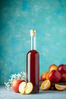 Vista frontal vinagre de maçã vermelha na parede azul comida bebida frutas álcool cor azeda suco