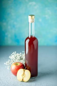 Vista frontal vinagre de maçã vermelha na parede azul comida bebida frutas vermelhas álcool vinho cor azeda suco