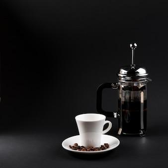 Vista frontal xícara de café com chaleira