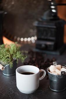 Vista frontal xícara de café com cubos de açúcar