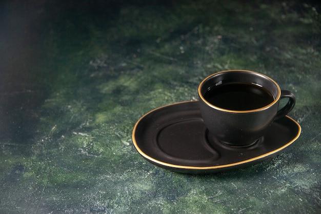 Vista frontal xícara de chá em copo preto e prato na superfície escura de vidro cerimônia de açúcar bolo de café da manhã sobremesa cor doces