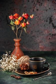 Vista frontal xícara de chá em xícara preta e prato com canela em vidro de cerimônia de açúcar de parede escura, cor de café da manhã, bolo doce