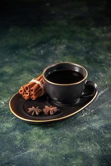 Vista frontal xícara de chá em xícara preta e prato em superfície escura cerimônia de açúcar bolo de café da manhã sobremesa cor doce