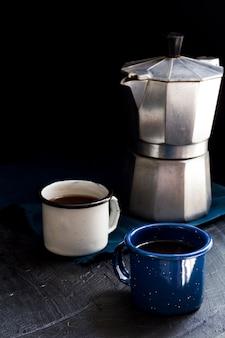Vista frontal xícaras de café preto na mesa