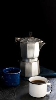 Vista frontal xícaras de café preto