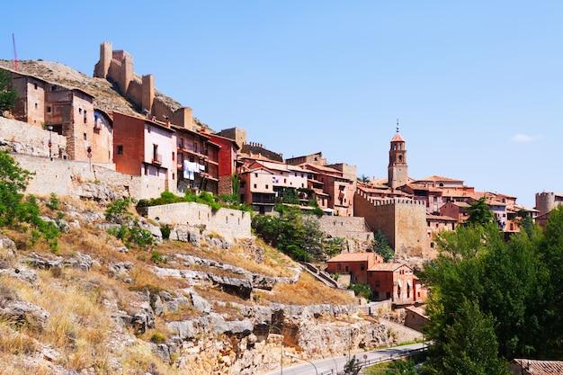 Vista geral da cidade com fortaleza