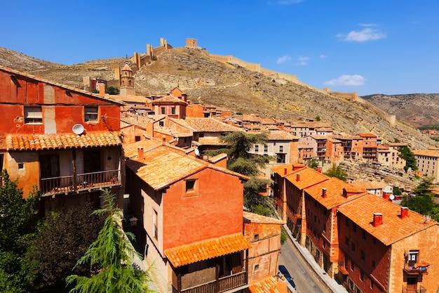 Vista geral da cidade com parede da fortaleza