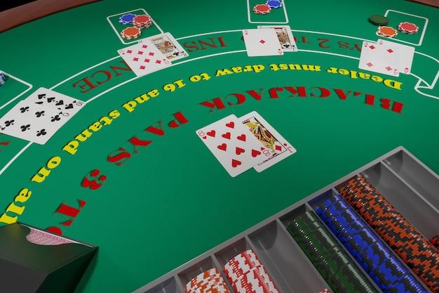 Vista geral de uma mesa de blackjack com cartas e fichas.