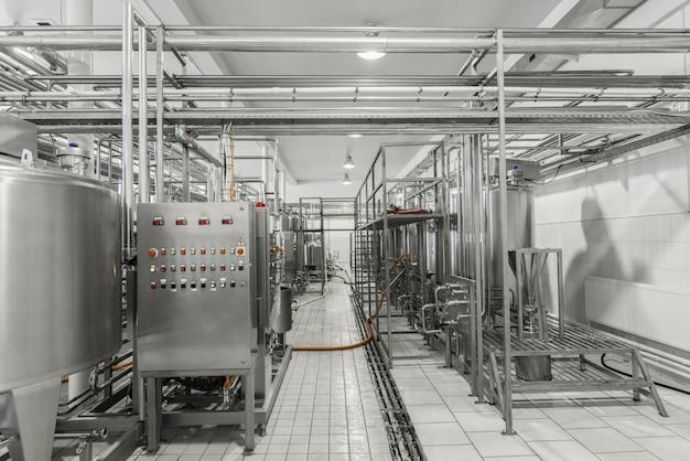 Vista geral do interior de uma fábrica de leite. equipamento na fábrica de laticínios
