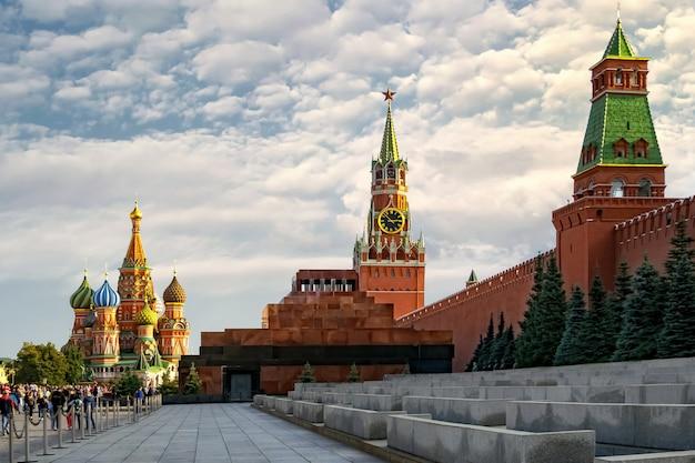 Vista geral do kremlin, do mausoléu e da catedral de são basílio. moscou. rússia