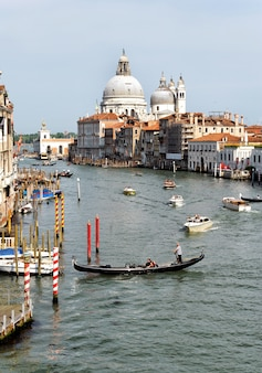 Vista grande do canal veneziano