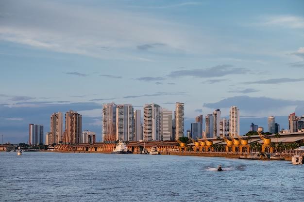 Vista hipnotizante da paisagem urbana brasileira com um oceano sob um céu nublado