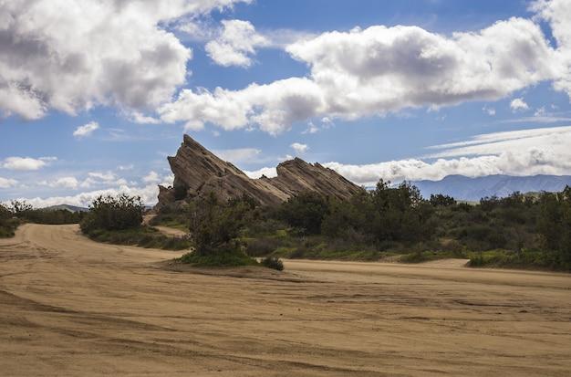 Vista hipnotizante de rochas em um deserto sob o céu nublado